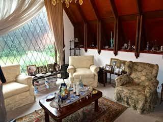 Una sala de estar llena de muebles y una gran ventana en Casa En Venta En Bogota Multicentro, cuenta con 4 habitaciones.