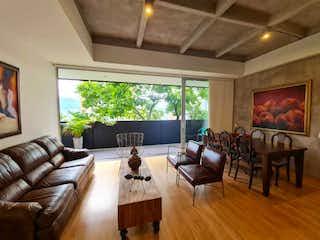 Una sala de estar llena de muebles y una gran ventana en Venta de apartamento moderno en la Loma de Los Parra