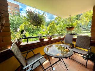 Una habitación muy bonita con una gran ventana en Art apartment in Milla de Oro 3