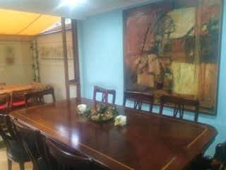 Una sala de estar llena de muebles y una ventana en Casa En Venta En Bogota Santa Barbara Alta - en muy buena ubicación