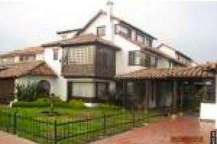 Casa para remodelar en la calleja, cuenta con 4 habitaciones y 2 parqueaderos.