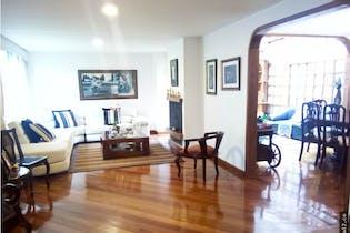 Casa en Belmira, cuenta con chimenea y 3 habitaciones.