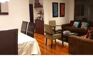 Una sala de estar llena de muebles y una televisión de pantalla plana en Apartamento en venta en San Patricio, de 95mtrs2