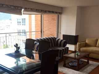 Una sala de estar llena de muebles y una ventana en Apartamento en venta en San Antonio Norte, 101mtcon balcon
