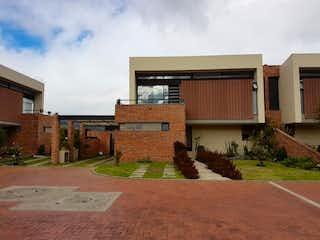 Un edificio de ladrillo con un edificio de ladrillo rojo en Casa en venta en Chuntame con Gimnasio...