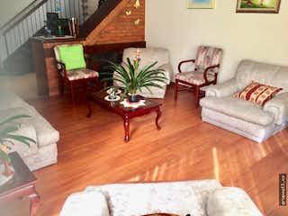Una sala de estar llena de muebles y un suelo de madera en Vendo casa en Conjunto cerrado Cedro Golf Bogotá, cuenta con amplias habitaciones.