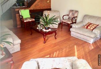 Vendo casa en Conjunto cerrado Cedro Golf Bogotá, cuenta con amplias habitaciones.