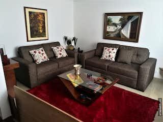 Una sala de estar con un sofá y una mesa de café en Vendo casa conjunto cerrado Cedritos, cuenta con terraza