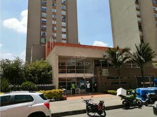 Un grupo de motocicletas estacionado delante de un edificio en VENTA APARTAMENTO EN TIBABITA(TORRES DE SANTA LUCIA)