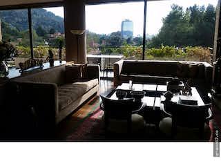 Una sala de estar llena de muebles y una ventana en Apartamento en venta en Usaquén de 324M2