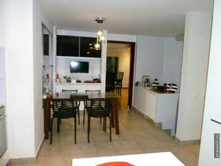 Una sala de estar llena de muebles y una televisión de pantalla plana en Casa Montichello Carmenza- 4 alcobas