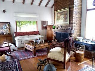 Una sala de estar llena de muebles y una mesa en Venta de casa Guaymaral MG, con 3 habitaciones