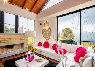 Una sala de estar llena de muebles y una gran ventana en Hermosa casa campestre en la Calera - con tres habitaciones c/u con baño