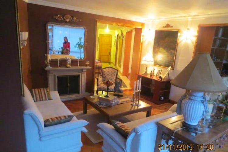 Portada Apartamento En Venta En Bogota Bella Suiza cuenta con tres alcobas y sala con chimenea.