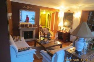 Apartamento En Venta En Bogota Bella Suiza cuenta con tres alcobas y sala con chimenea.