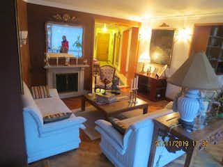 Una sala de estar llena de muebles y una televisión de pantalla plana en Apartamento En Venta En Bogota Bella Suiza