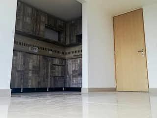 Una sala de estar con un sofá, una mesa y un espejo en Apartamento en Venta RIONEGRO