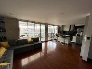 Una sala de estar llena de muebles y pisos de madera dura en VENTA DE APARTAMENTO QUINTA MUTIZ (BARRIOS UNIDOS)