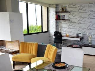 Una sala de estar llena de muebles y una ventana en Calera Gardens
