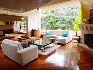 Una sala de estar llena de muebles y una gran ventana en Hacienda San Simon