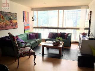 Una sala de estar llena de muebles y una ventana en APARTAMENTO EN VENTA CHICO RESERVADO BOGOTA