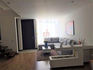Una sala de estar llena de muebles y una chimenea en Vende Casa Cajica-Colombia, cuenta con terraza y 3 niveles.