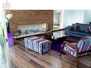 Una sala de estar llena de muebles y un suelo de madera en Casa en Cota-Cundinamarca,800 mts2-3 Habitaciones