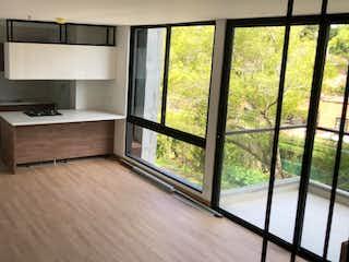 Una cocina con un gran ventanal y un suelo de madera en APARTAMENTO EN LLANOGRANDE