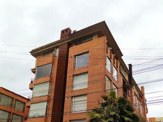 Un edificio de ladrillo alto con un reloj en él en Apartamento en Venta CHICO
