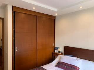 Un dormitorio con una cama y una cómoda en apartamento en condominio ciudad salitre