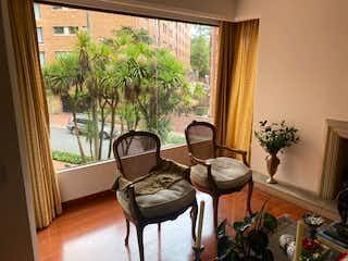 Una sala de estar llena de muebles y una planta en maceta en Apartamento en venta en Bosque Medina 100m²