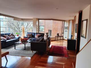 Una sala de estar llena de muebles y una chimenea en Penthouse Rosales, venta de 218m² con Solarium...