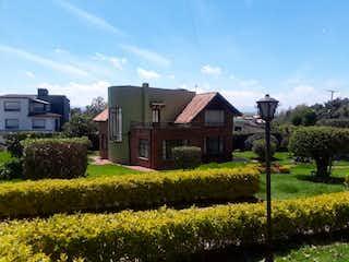 Un hombre está de pie frente a una casa en Casa en venta en Rozo de 4 habitaciones