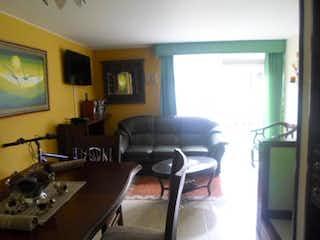 Una sala de estar llena de muebles y una televisión de pantalla plana en Casa en Venta LA PRADERA NORTE