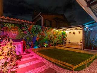 Una sala de estar llena de muebles y una alfombra en Vendo casa en COTA
