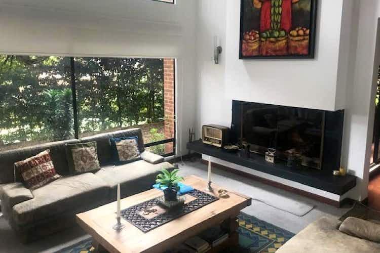 Portada Casa En Venta En Bogota-Suba, cuenta con 3 niveles y chimenea.