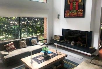 Casa En Venta En Bogota-Suba, cuenta con 3 niveles y chimenea.
