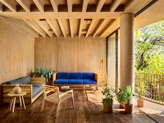 Una sala de estar con una mesa de madera y sillas en Manuel López Cotilla 710