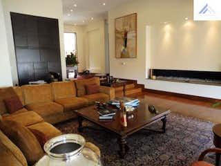 Una sala de estar llena de muebles y una televisión de pantalla plana en Casa a la Venta con 1169m2+500 en Santa Ana.