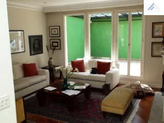 Una sala de estar llena de muebles y una gran ventana en Venta de casa en Bosque Medina  5 alcobas