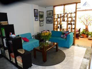 Una sala de estar llena de muebles y una televisión de pantalla plana en Venta de Apartamento con 86m2+25  en Cedro Golf.