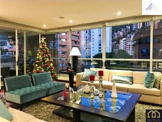 Una sala de estar llena de muebles y un árbol de navidad en Apartamento en Venta con 550M2+balcones y 4 Alcobas.