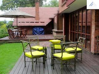 Un par de sillas amarillas en una cubierta en Casa Venta con 341m2+74, 4Habitaciones en Provenza.