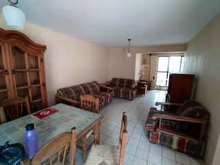 Una sala de estar llena de muebles y una televisión de pantalla plana en Casa en Venta en San Agustín, Jal., México de 270 mts2