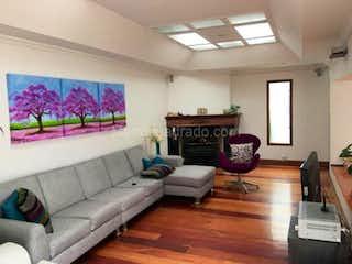 Una sala de estar llena de muebles y una chimenea en Casa En Venta En Bogota Alhambra- 4 alcobas