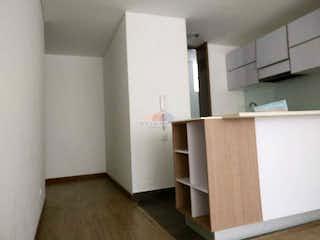 Una cocina con armarios blancos y un refrigerador blanco en Apartamento en venta en Pasadena- 2 alcobas
