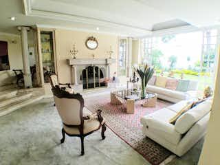 Una sala de estar llena de muebles y una gran ventana en Casa en venta en Santa Ana Oriental, Bogota- 4 alcobas