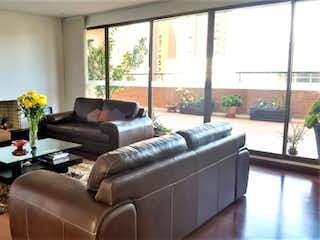 Una sala de estar llena de muebles y una ventana en Apartamento en Casa Blanca Suba, Britalia Norte - 172mt, tres alcobas, terraza