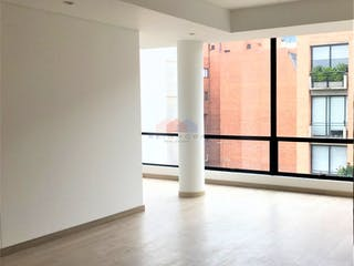Una habitación llena de muebles y una ventana en Penthouse en venta a estrenar en El Virrey, Bogotá