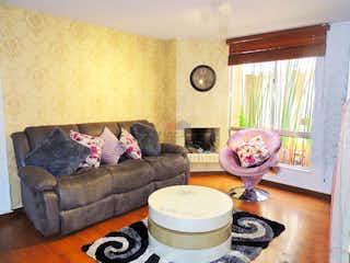 Una sala de estar llena de muebles y una ventana en Casa en venta en El Cerezo en Primer Nivel.